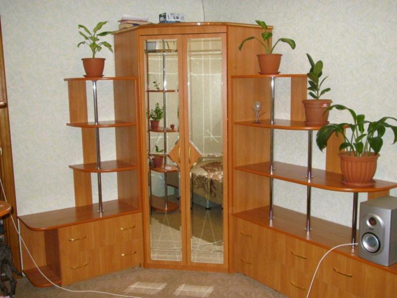 Шкаф с отдельностоящим комодом.