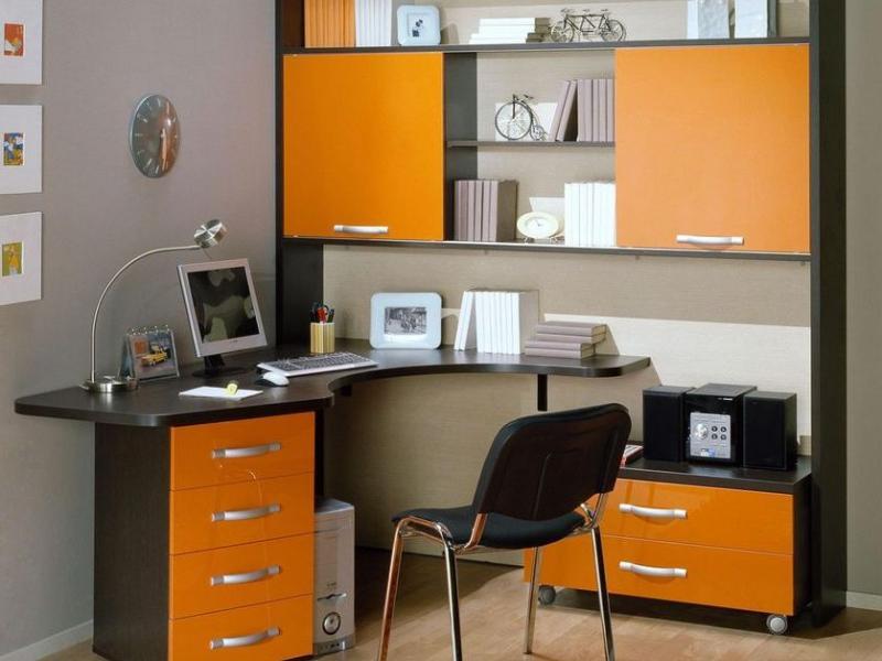 Шкаф с компьютерным столом.