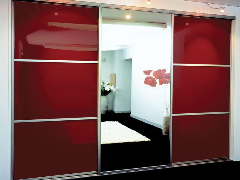 Шкаф-купе красного цвета.