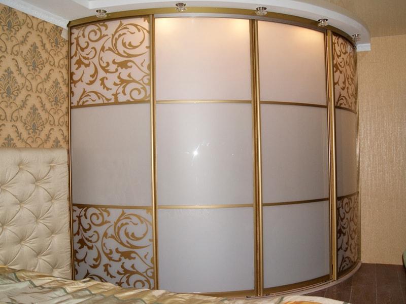Радиусный шкаф-купе в спальню.