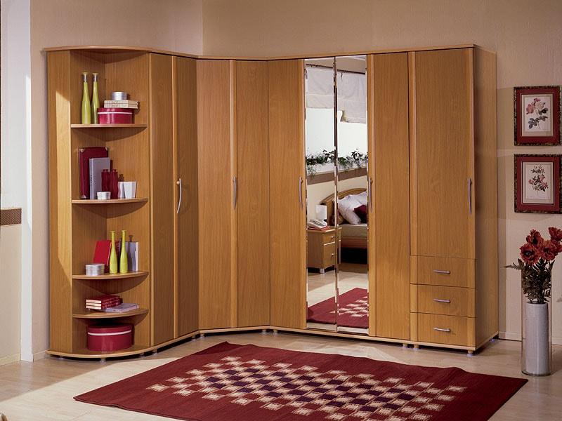 Встроенный распашной шкаф.