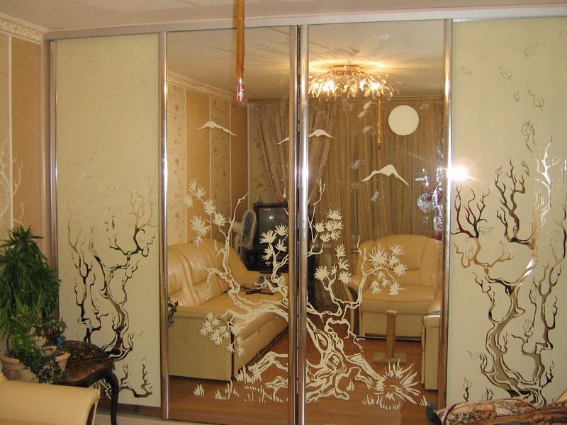 Шкаф-купе с зеркалами на дверях.