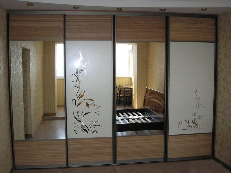 Шкаф со встроенными зеркалами.