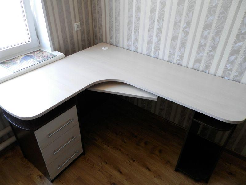 Угловой письменный стол для детской