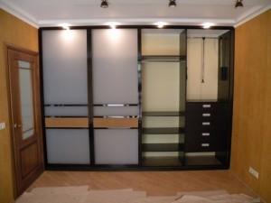 Четырехдверный шкаф.