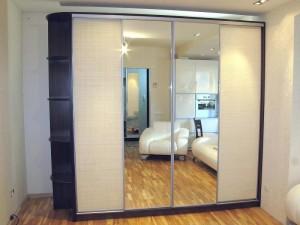 Шкаф-купе с зеркалами на дверцах.